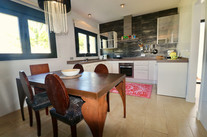 bright-modern-kitchen-dining-table-ref15