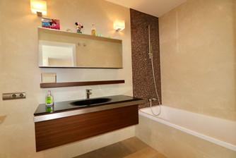 huge-bright-bathroom-ref13jpg