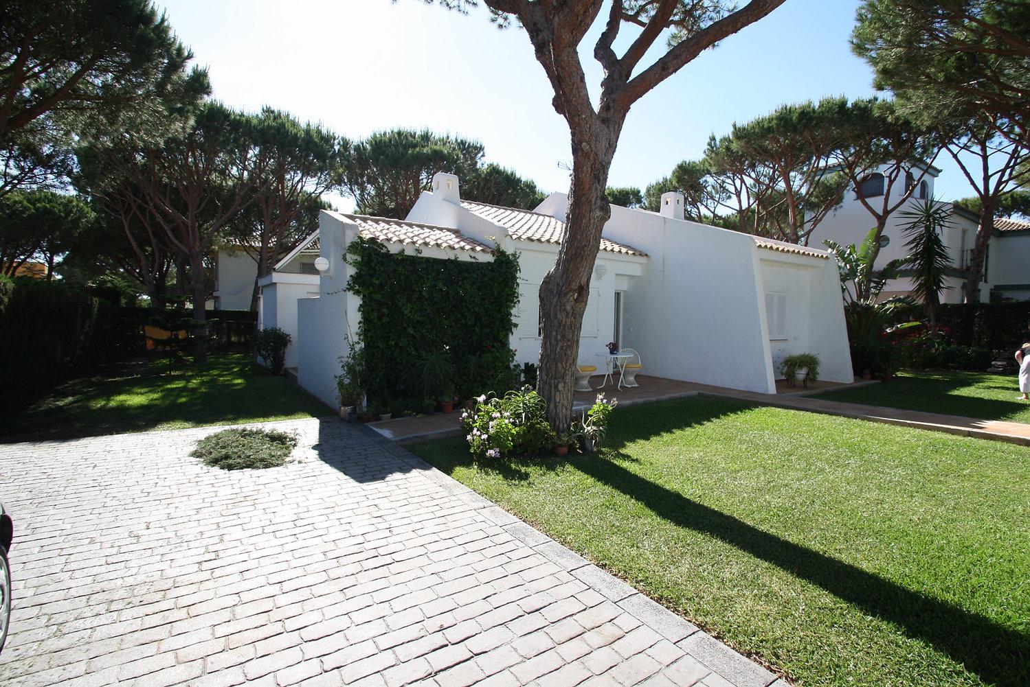 parking-house-garden-trees-refv80.JPG