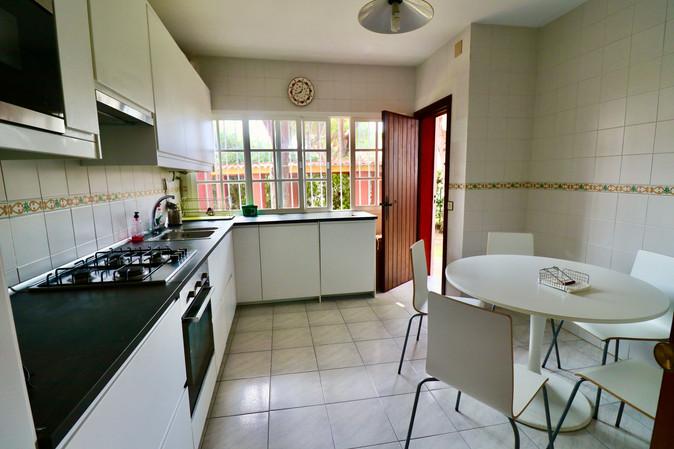 fully-furnished-kitchen-ref06.jpg