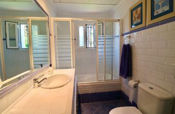 bathroom-tub-mirror-view-garden-ref40.jpg