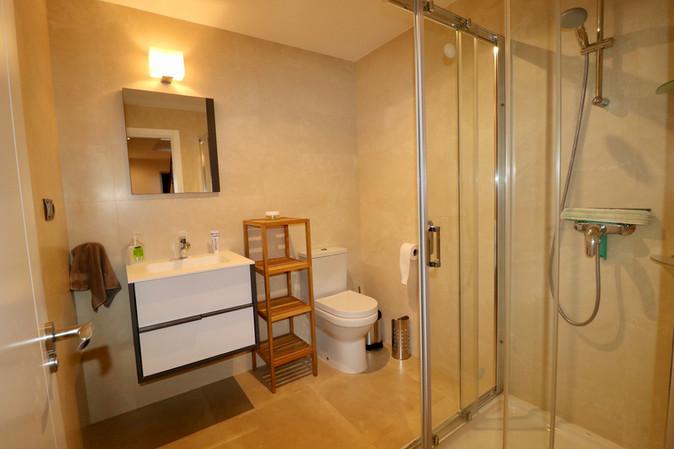 bright-modern-bathroom-ref13jpg