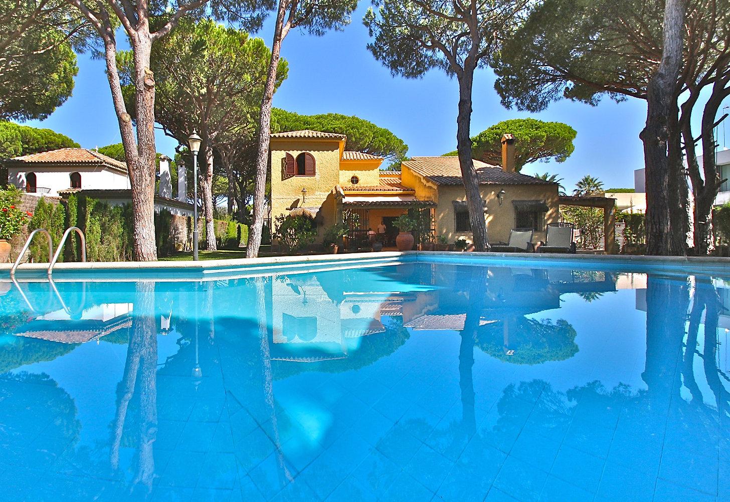 large-pool-huge-property-garden-refv78.J