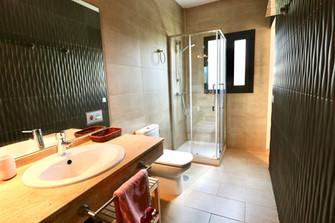 modern-bathroom-ensuite-shower-ref159jp