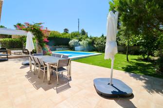 terrace-garden-pool-dining-table-ref185.jpg
