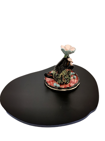 Héloïse Delègue, Grandma's catch with flower and peas, 2020 Ceramic object displayed on painted wood