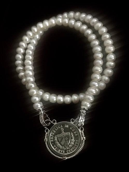 Precioso collar de perlas frescas con moneda cubana montada en un lindo aro