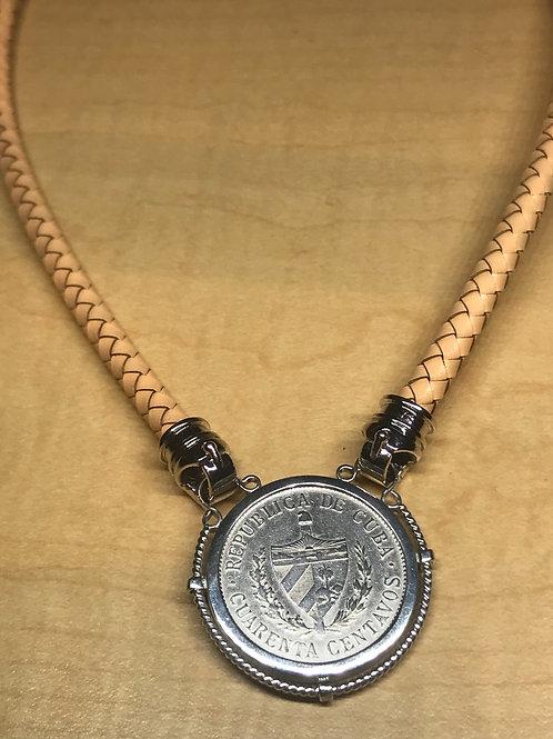 """Lindo collar de cuero 17"""" con la moneda cubana de 40 centavos 1915 plata."""