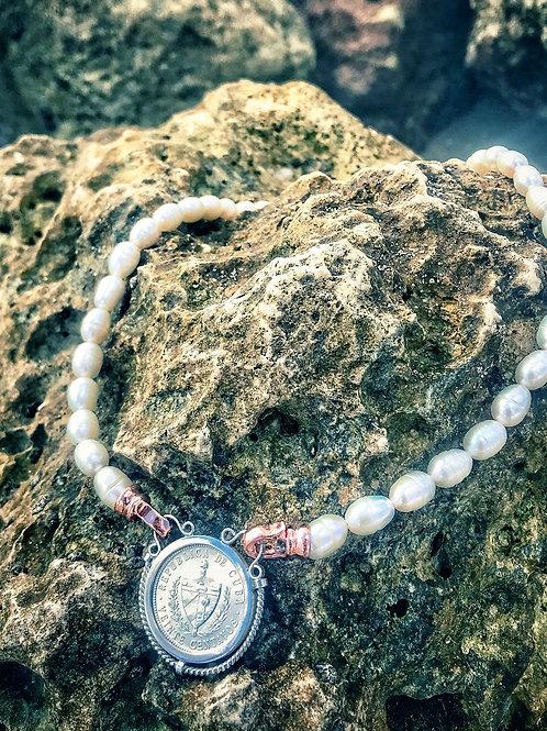 Collar de perlas con moneda de cuba 20 centavos plata montada en su aro