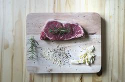 Carne cruda en plato de madera