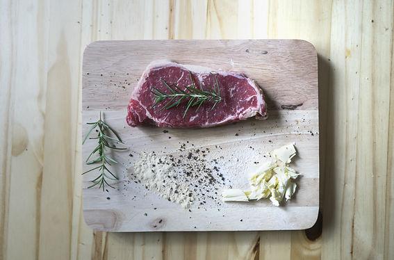 Rohes Rindfleisch auf hölzerner Platte