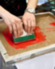 technique d'impression-en sérigraphie-sur-textile-communication-encre-film-écran-carrousel-raclette-texte-publicitaire-séries-moyenne-grande série-personnalisé-