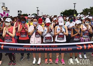 追火車接力馬拉松開跑前 為太魯閣事故默禱