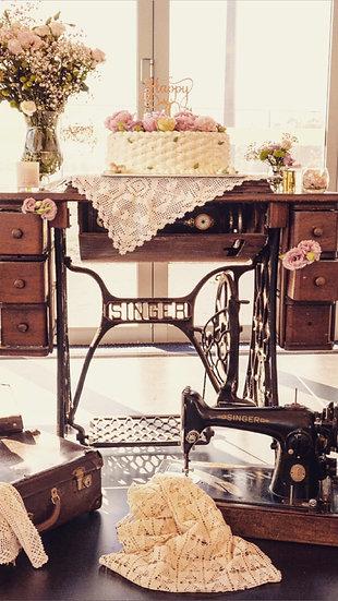 Vintage Singer Sewing Machine (A)