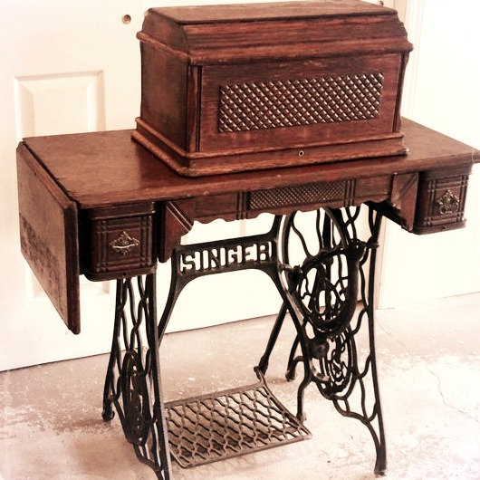Vintage Singer Sewing Machine (B)