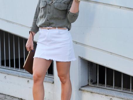 Outfit: weißer Jeansrock mit goldenen Espadrilles