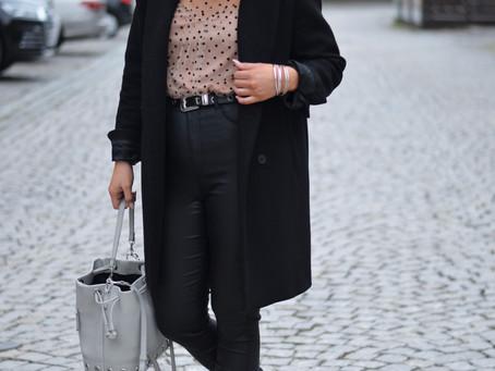 Outfit: gepunktete transparente Bluse mit Puff-Ärmeln