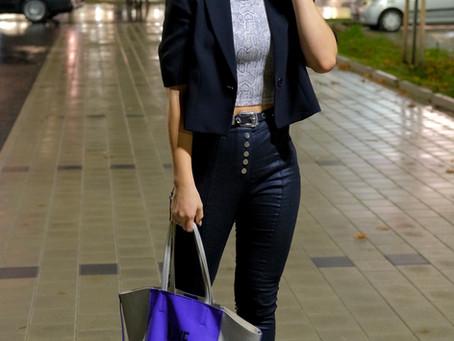Outfit: Snake Print Top mit kurzem Blazer