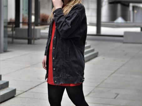 Outfit: rotes Wildlederkleid und Plateau Sneaker