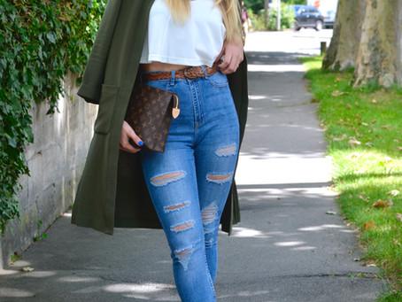 Outfit: Ripped Jeans mit beigen Sandalen