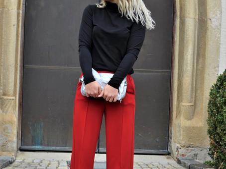 Outfit: rote Hose und transparente High Heels