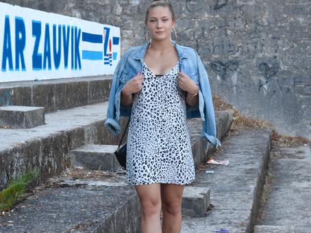 Outfit: Leo Slip Dress mit beigen Sandalen