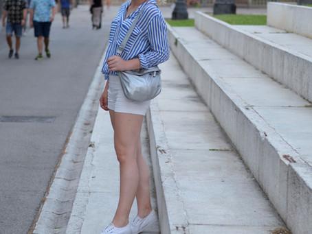 Outfit: weiße Shorts und gestreiftes Hemd in Barcelona