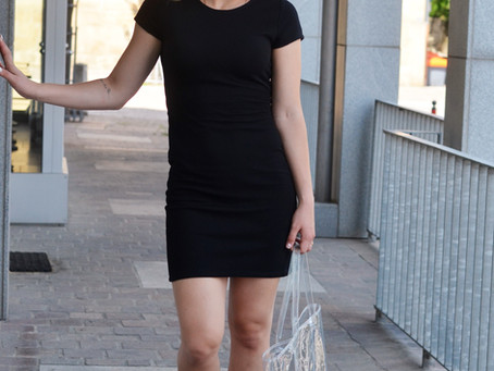 Outfit: schwarzes Kleid mit transparentem Shopper