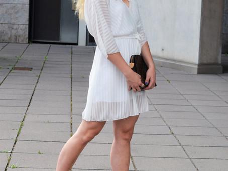 Outfit: weißes Sommerkleid mit Sandalen und Poche Toilette 26