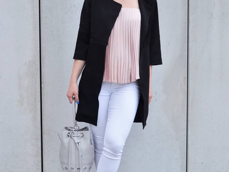 Outfit: Rosa Plisee Top mit weißer Jeans