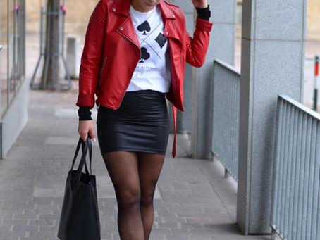 Outfit: Lederlook mit weißen Boots