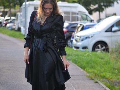 Outfit: Schwarzes Seidenkleid mit Stiefeletten