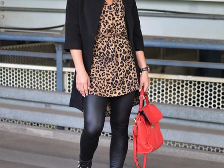 Outfit: Leoprint-Bluse mit Lederleggings