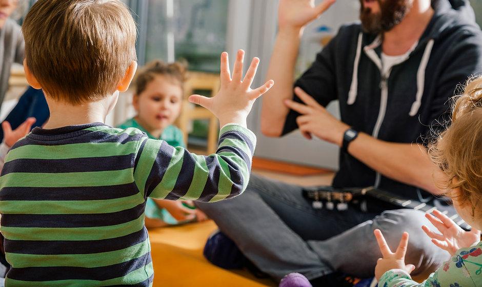 Kinderen en leerkracht in de kleuterscho