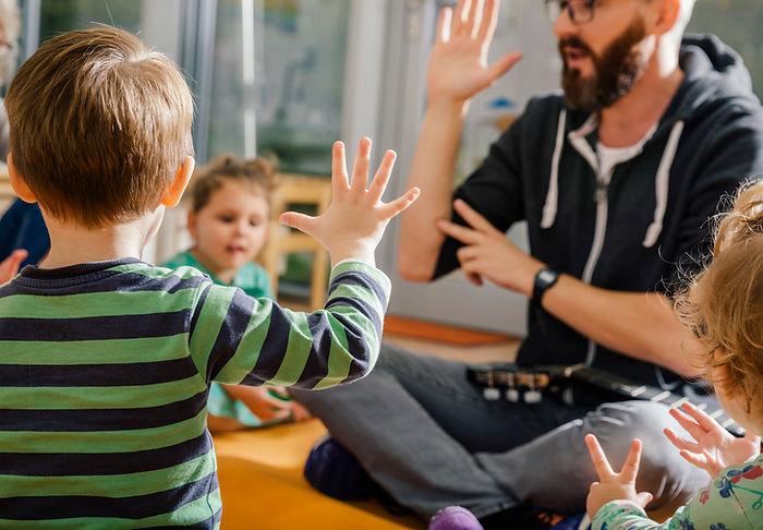 Los niños y el maestro en el jardín de i