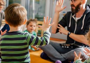 Crianças e professor no jardim de infânc