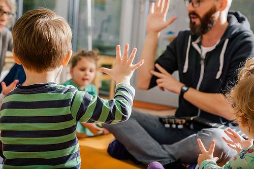 Børn og lærer i børnehave