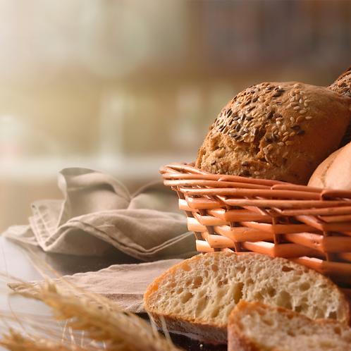 Cesto di pane nero ai cereali misti