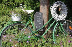 Fahrrad im Garten