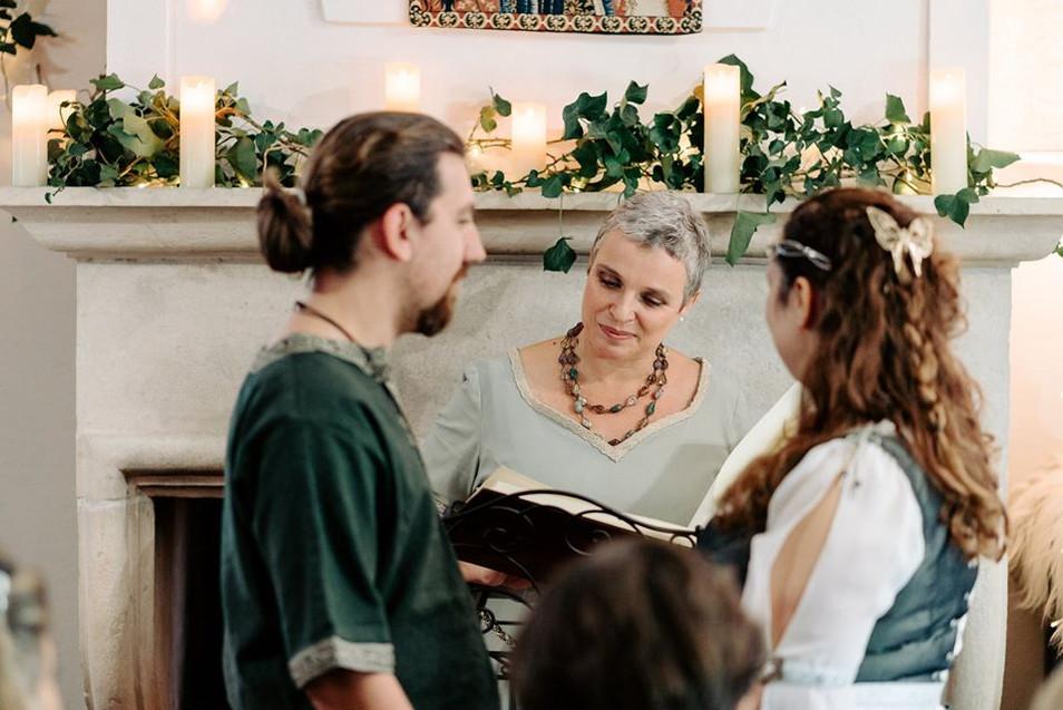 Cérémonie médiévale -Céline Larigaldie officiante cérémonie laïque