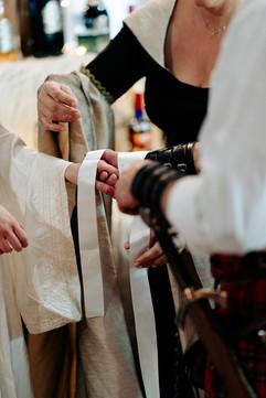 Les rubans - Cérémonie Celtique - Rubans - Céline Larigaldie Officiante de cérémonie laïque - Photo Armelle Dupuis
