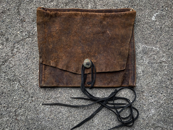 Aged oil nuback vintage pouch ①