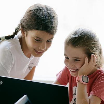 שתי ילדות על המחשב משחקות בפעילות קוד