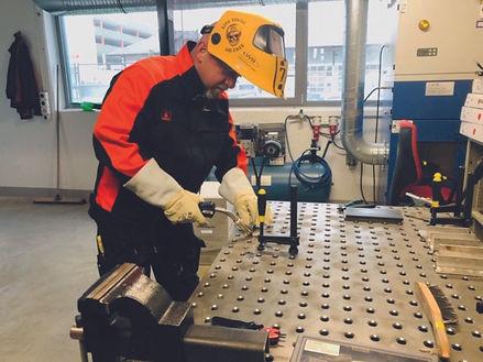 Büezerbueb Gölä bei LWB WeldTech AG am Schweissen.jpg