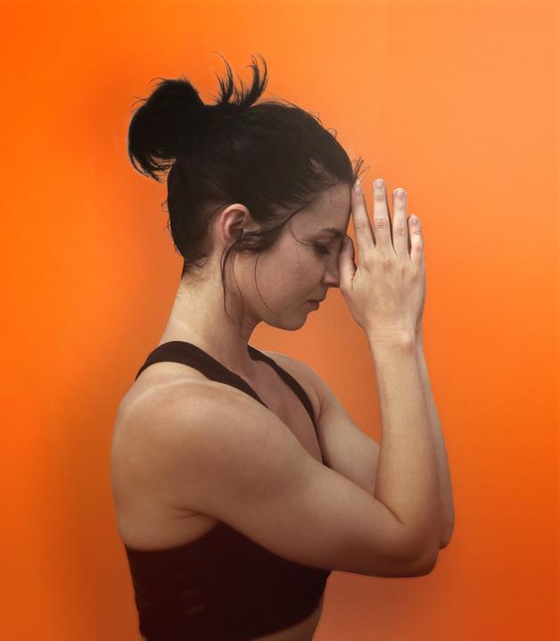 Hände verschränken in Yoga-Lage