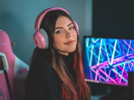 Benefit lança canal na twitch para dar suporte a mulheres nas lives e jogos