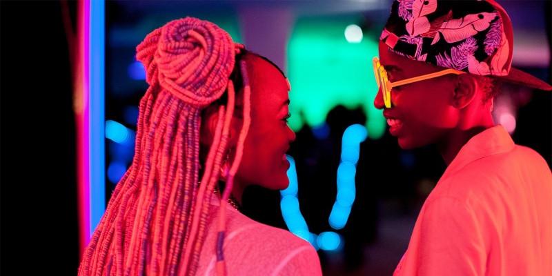 Cena do filme Rafiki, protagonizado por Samantha Mugatsia e Sheila Munyia, a direção do filme LGBT ficou responsável por Wanuri Kahiu.