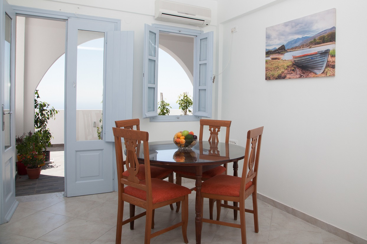 1 Bedroom (Rm22) Dinng area and Veranda.