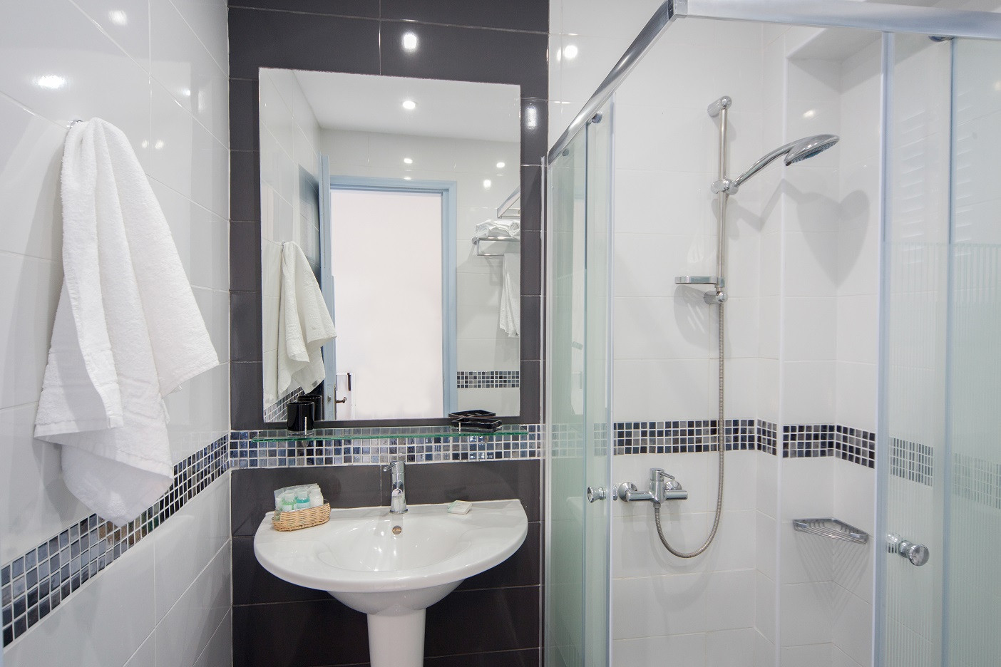 Superior (Balcony) Rm2 Bathroom