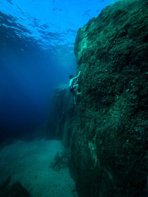 Underwater rock climber